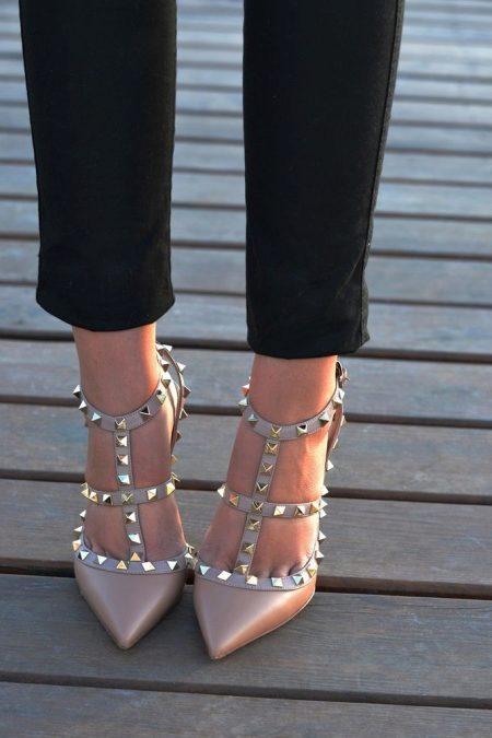 Бежевые босоножки на каблуке (78 фото): чем носить босоножки на толстом каблуке