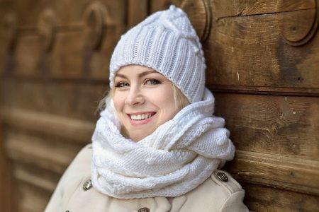 Белый шарф (41 фото): с чем носить черно-белый шарф из флиса или мягкий шелковый, с помпонами и крупной вязки