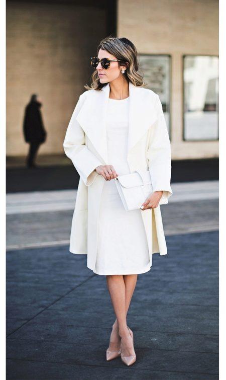 Белое платье с бежевыми туфлями
