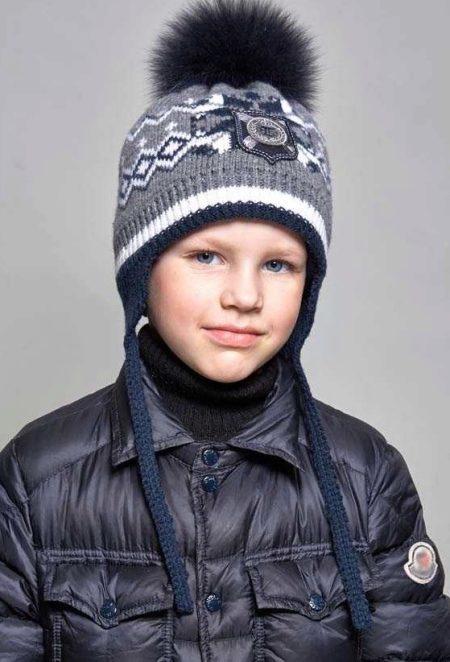 b862d8297c2 Топла плетена шапка със скандинавски шарки и пухкав помпон, конци и лого са  перфектно съчетани с топъл черен пуловер с високо врат и тъмно издуто яке.
