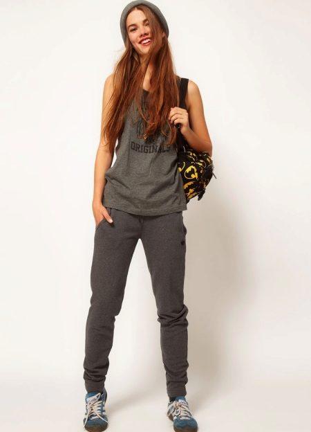 e77e14ea74f0 Темно-серый костюм «Адидас»  брюки и майка прекрасно совмещаются с кедами,  серой шапочкой и рюкзаком. Получается молодежный и динамичный образ.