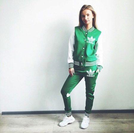 Классическое и контрастное сочетание черного, белого и красного в спортивном  костюме смотрится красиво и стильно. Надевайте этот костюм на прогулки,  шопинг. 3072da7caa7