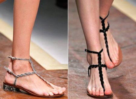 Босоножки через палец (26 фото) для женщин и девушек без каблука и с каблуком