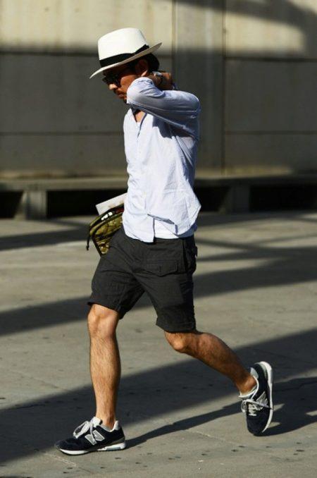 5b229082c145 Серый оттенок присутствует не только в расцветке кроссовок, но и на модном  свитере. Джинсы скинни и очки с черным стеклом здорово выглядят в тандеме и  ...