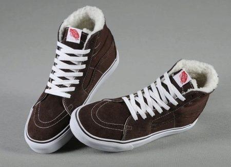 d335abf1dbac Высокие зимние кроссовки от Vans, изготовленные из нубука и кожи, согревают  ноги в морозную погоду благодаря межслойной подкладке.