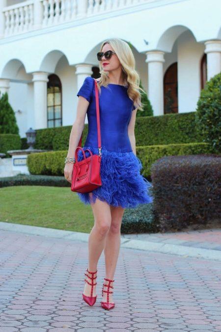 fe9579fe96 A piros cipők és kék ruhák kombinációja csodálatosnak tűnhet, mivel  tökéletesen összhangban vannak egymással. Különösen hűvös kék árnyalatokkal.
