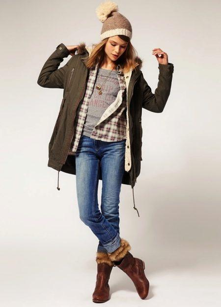 Οι μπότες με γούνα στο εξωτερικό πηγαίνουν καλά με φούστες και πλεκτά  φορέματα d5784af2fc3