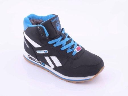 b829c6539214 Зимние кроссовки с мехом смотрятся стильно и привлекательно, поэтому их  можно сочетать не только с одеждой в спортивном стиле, но и с пуховиками  или даже ...