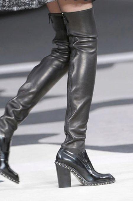 db28329dd089 Ещё одной моделью сапог на каблуке являются ботфорты в виде завышенных сапог-чулок,  которые доходят почти до середины бедра. Такая обувь имеет закруглённый ...