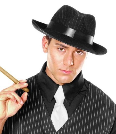 0dd8bd0e5d A felsőruházatról a kalapra szigorú kabát és árok. A fedora sapkával könnyű  létrehozni egy modern borsalino kinézetet. Ez a megjelenés látványosnak  tűnik, ...