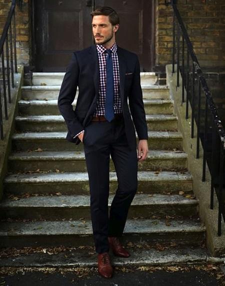 69d8814b4b Fehér ing, barna nyakkendő kis mintával és sötétkék kabát a ketrecben. Ez a  megjelenés alkalmas a munka és a szabadidő eltöltésére.