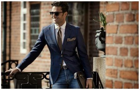 eecc022ed4 A figyelem vonzza a narancssárga nyakkendőt. Ennek a férfi tulajdonságnak a  kötött textúrája hozzá fog adni az eredetiséget a képhez.