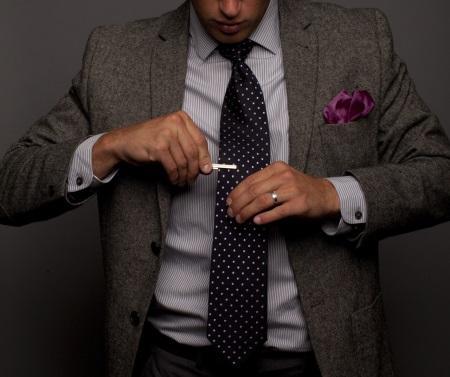 12c1de4e75 A csapot úgy tervezték, hogy rögzítse a csomót és a nyakkendőt az inget. Ez  a tartozék a közelmúltban visszatért a divatba. A pólót leginkább a gyapjú  ...