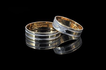 e8c7b2d6f37b Классические модели обручальных колец имеют неизменный дизайн уже несколько  столетий. Они представляют собой ровные ободки не толще 2,7 мм и не шире 5  мм, ...