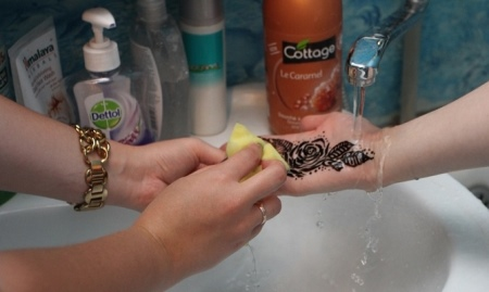Как смыть хну с кожи? Как смывать, чем стереть с руки, каким образом отмыть, убрать