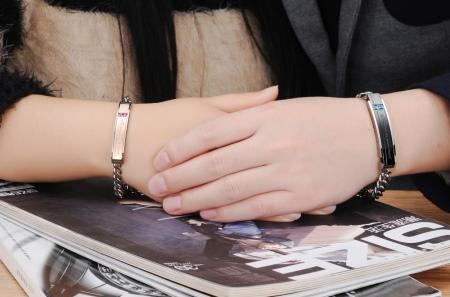 Парные браслеты: крылья для влюбленных пар, модели для двоих с гравировкой, одинаковые надписи на украшении для девушки и парня
