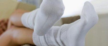 Как отстирать белые носки? Чем в домашних условиях быстро избавиться от грязи, как стирать, чтобы они были белоснежными, стирка вручную и в стиральной машине