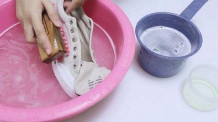 Как почистить белые кроссовки? Как отмыть подошву, как и чем отстирать кеды, как отчистить обувь из ткани