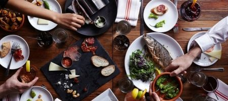Правила этикета за столом: нормы поведения во время приема пищи, как правильно вести себя дома и в общественных местах, застольный тон для детей и взрослых
