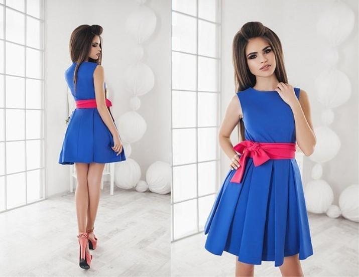 Синее платье с красным поясом
